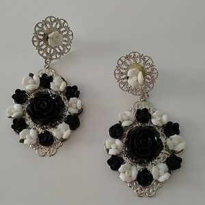 Black and white flower dangle earrings NWT
